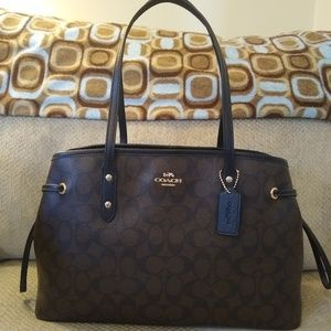 🍁BNWOT Authentic Coach Drawstring Carryall🍁